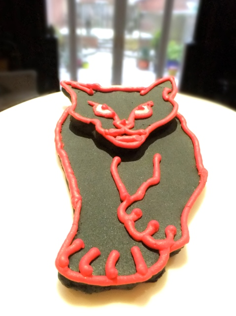 The sugarpaste and royal icing Black Cats 'cat'.
